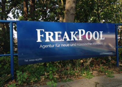Werbung am Pool montiert